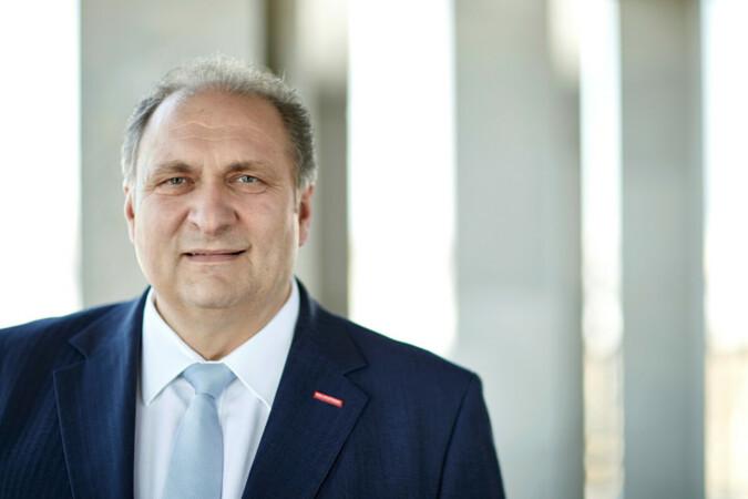 Die neuen Abschlussbezeichnungen für die drei Stufen der höheren Berufsbildung sieht Handwerkspräsident Hans Peter Wollseifer als außerordentlich wichtigen Schritt zur Stärkung der Berufsbildung. Foto: © ZDH/Schuering