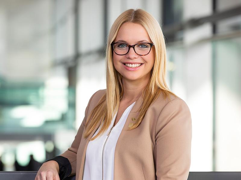 Vanessa Kunz ist die verantwortliche Kommunikationsleiterin der Weltleitmesse für Rollladen, Tore und Sonnenschutz. Foto: © Messe Stuttgart