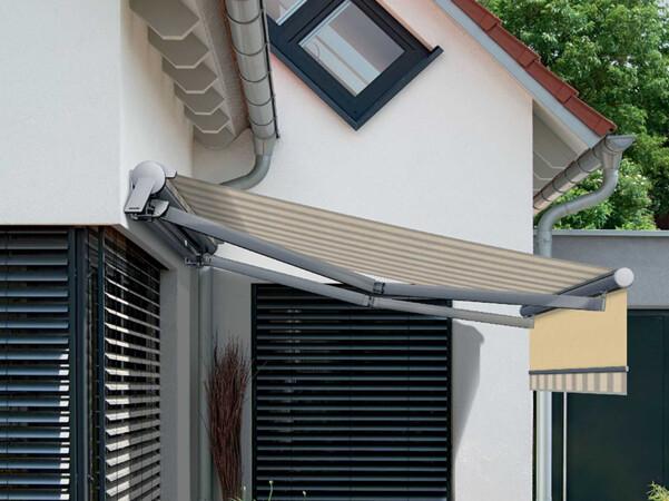 Viele Fensterflächen bedeuten auch viel Sonneneinstrahlung. Um eine Aufheizung des Gebäudes im Sommer zu verhindern, empfehlen Fachleute Sonnenschutzanlagen, zum Beispiel Raffstoren oder Markisen. Foto: © Warema