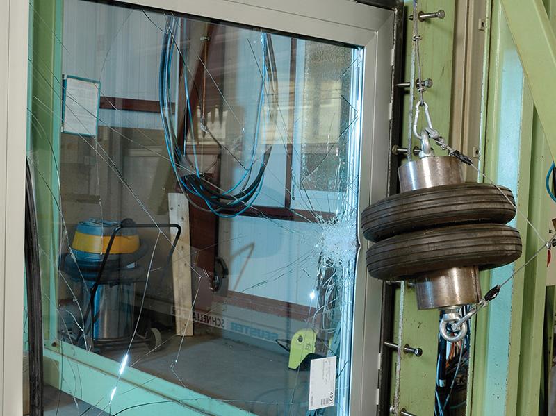 Die Norm stellt hohe Anforderungen an einbruchhemmende Bauelemente. Zum Prüf-Prozedere gehört zum Beispiel ein Pendelschlagversuch mit einem Zwillingsreifen. Foto: © FVSB