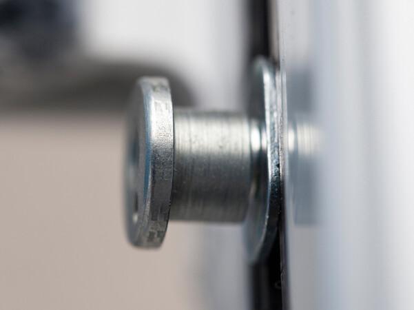 Klein, aber wirkungsvoll: Pilzkopfverriegelungen gehören schon bei Fenstern der Widerstandsklasse RC 2 zum Standard. Foto: © Polizeiliche Kriminalprävention