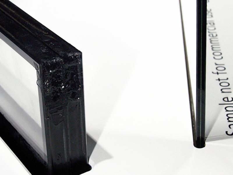 Der direkte Vergleich zwischen dem neuen Vakuum-Isolierglas Fineo (re.) von AGC Glass Europe und einem konventionell aufgebauten Dreifach-Isolierglas mit ähnlicher Wärmedämmwirkung zeigt deutlich den erheblichen Dickenunterschied. Die beiden im Standardaufbau vier Millimeter dicken Scheiben von Fineo trennt ein 0,1 Millimeter dickes Vakuum. Foto: © Vössing