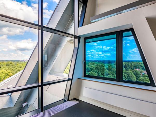Schaltbares Glas reduziert die Sonneneinstrahlung, wahrt aber die Durchsicht. Foto: © EControl-Glas GmbH & Co. KG