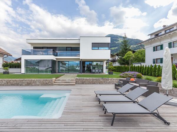 Moderne Sonnenschutzanlagen wie zum Raffstoren lassen perfekt in die moderne Architektur integrieren. Foto: © Hella