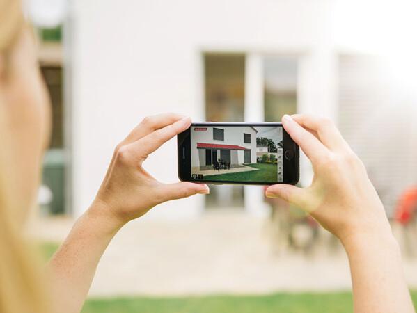 Die Anwendung arbeitet mit der Kamera des mobilen Geräts und simuliert per Augmented Reality ein maßgeschneidertes 3D-Modell. Foto: © Warema