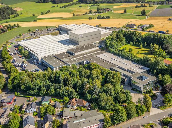 Das 1974 gegründete Unternehmen Alukon produziert mit mehr als 500 Mitarbeitern an zwei Produktionsstandorten, im oberfränkischen Konradsreuth und im schwäbischen Haigerloch, Rollladen, Sonnen- und Insektenschutzsysteme. Das Unternehmen gehört zur Hörmann-Gruppe. Foto: © Alukon