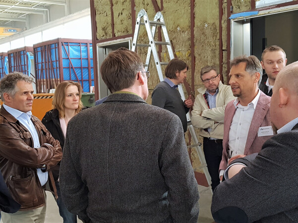 Robert Kohler im Gespräch: Wertige und nachhaltige VHF passen perfekt zu modular errichteten Gebäuden. Foto: © FVHF