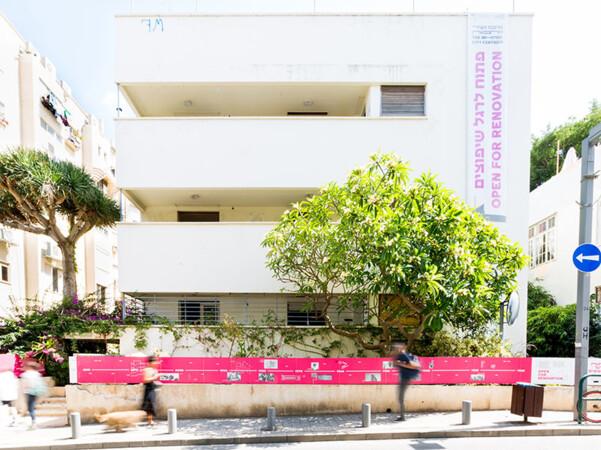"""Das Max-Liebling-Haus vor der Komplettsanierung: Das Gebäude ist ein typisches Beispiel für den durch Bauhaus-Elemente geprägten """"Internationalen Stil"""" und steht unter Denkmalschutz. Foto: © Yael Schmidt"""