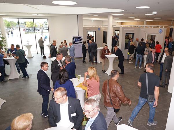 Im Foyer des Welcome Centers nutzten viele Gäste die Gelegenheit zum Netzwerken. Foto: © Glas+Rahmen