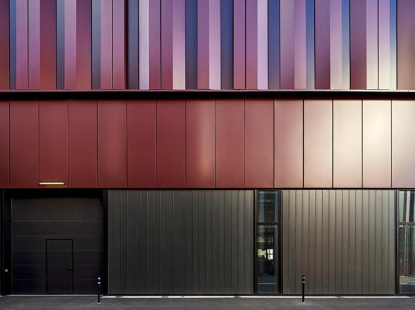 Mit der schwarzen Sonnenschutzeinlage fügen sich die Profilglaselemente harmonisch in die beschichtete Aluminiumfassade ein. Foto: © Meike Hansen, Hamburg