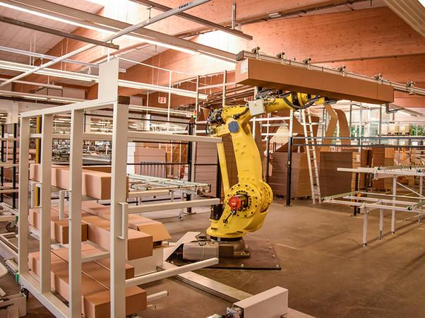 IFN-Automatisierungsmaßnahmen: Ein innovativer Meilenstein von Schlotterer ist die Inbetriebnahme des Staplerroboters SIGI, der in der Versandabteilung zum Einsatz kommt. Foto: © Schlotterer