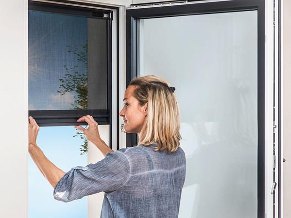 IFN-Produktinnovationen: Mit dem neuen, weiterentwickelten Blinos Außenrollo zur bohr- und schraubenlosen Montage bietet die Schlotterer Sonnenschutz Systeme GmbH die ideale Sonnenschutzlösung für Mieter. Foto: © Schlotterer