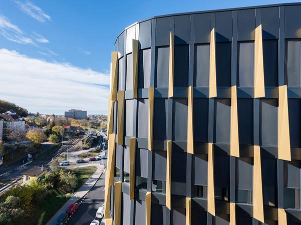 Die eingesetzten heroal Systeme aus langlebigem Aluminium tragen maßgeblich zur Energieeffizienz des Gebäudes bei, indem sie für ausreichende Wärmedämmung und ein angenehmes Raumklima sorgen. Foto: © Heroal
