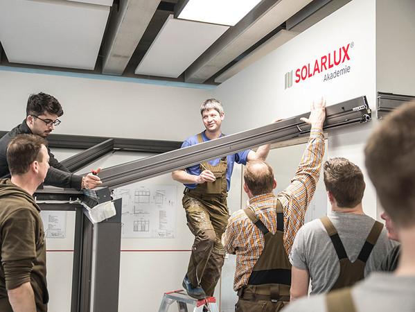 Learning-by-doing: In Montage-Kompetenzschulungen werden Produkte exemplarisch zusammengebaut. Foto: © Solarlux GmbH