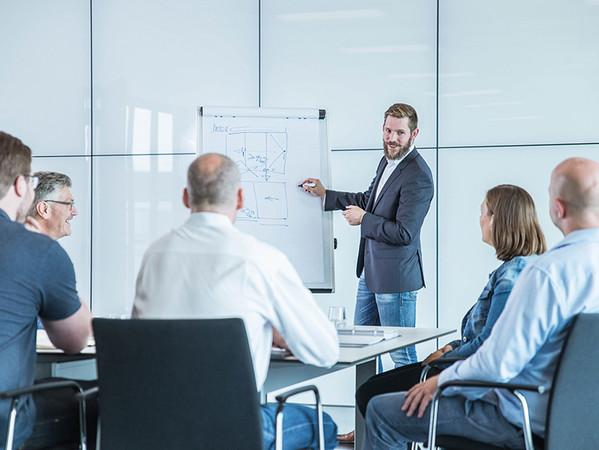 In Verkaufsschulungen stehen praxisnahe Analysen auf der Tagesordnung. Sie zeigen, wie die Beratung bedarfsgerecht durchgeführt werden kann. Foto: © Solarlux GmbH