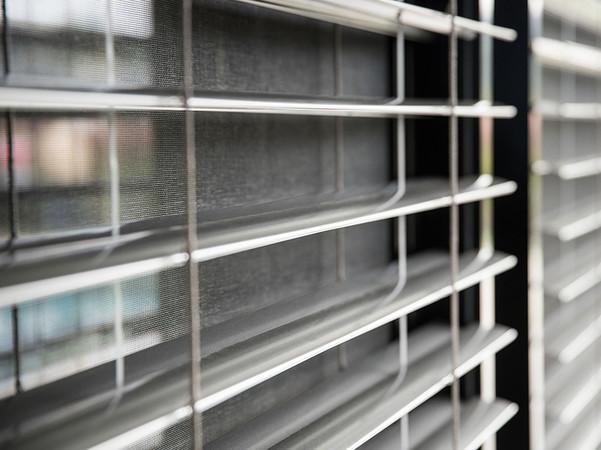 Sonnenschutz und Insektenschutz in Kombination: Hinter dem Raffstore liegt ein Insektenschutz-Rollo. Foto: © Schlotterer