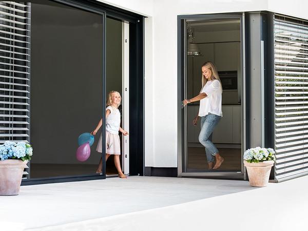 Passende Insektenschutz-Lösungen gibt es für jede Gebäudeöffnung, hier zum Beispiel als Schieberahmen und Drehrahmen. Foto: © Schlotterer