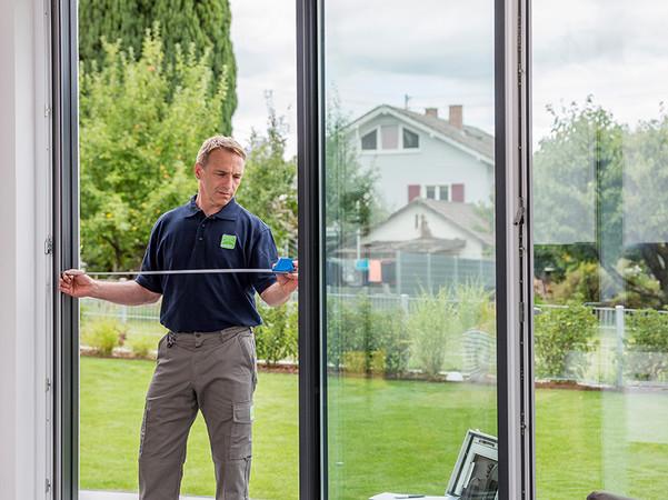 Wer sicheren und dauerhaften Insektenschutz will, sollte bei Planung und Ausführung auf einen Fachbetrieb zurückgreifen. Foto: © Neher