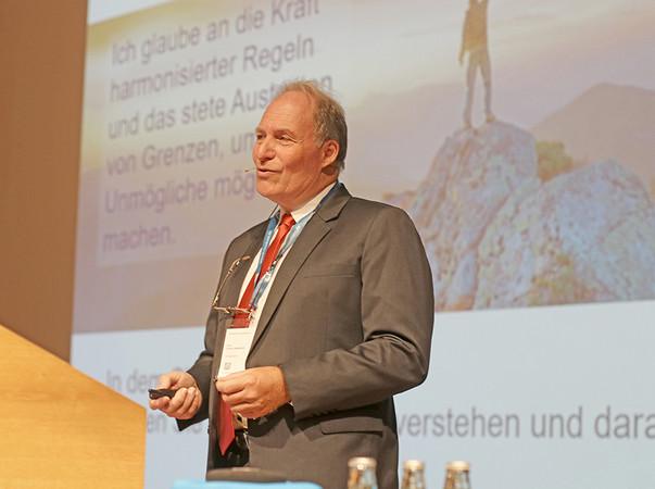 Prof. Ulrich Sieberath eröffnet die Rosenheimer Fenstertage im Jahr 2019 zum letzten Mal in seiner Funktion als Institutsleiter des ift Rosenheim. Foto: © ift Rosenheim
