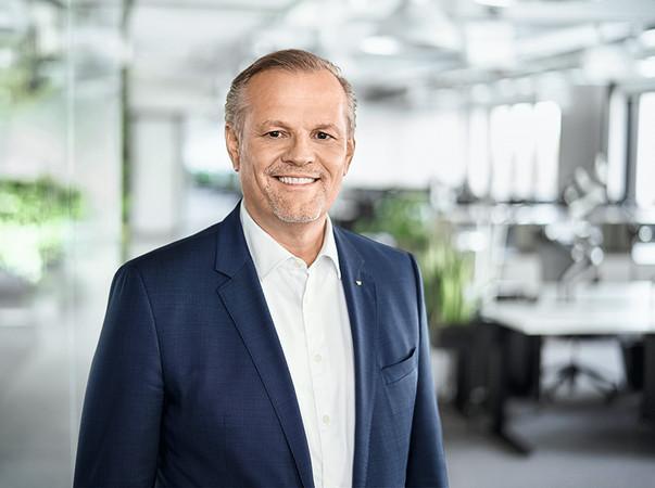 Andreas Engelhardt, persönlich haftender Gesellschafter von Schüco, ist überzeugt: Selbst aus einer globalen Krise wie der aktuellen kann man gestärkt hervorgehen. Für die Schüco Plus Pakete, die zunächst in Deutschland verfügbar und in einem zweiten Schritt auch europaweit eingesetzt werden können, ist jetzt der richtige Zeitpunkt. Foto: © Schüco International KG
