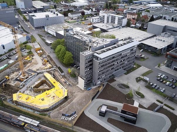 Der Schüco Campus verändert sich kontinuierlich und die Baumaßnahmen für den Schüco One Neubau schreiten gut voran. Foto: © Schüco International KG