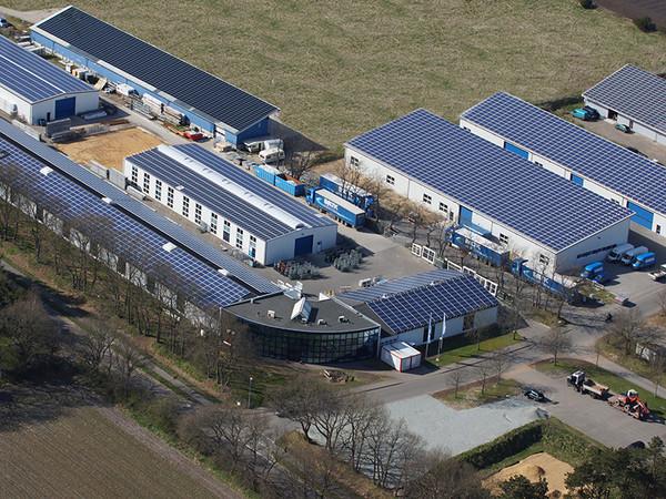 Die Baltic Fenster GmbH am Standort Langenhorn im Ortsteil Mönkebüll in Nordfriesland aus der Luft. Seit fast einem Jahr gehört das Unternehmen nun zur EGE-Unternehmensgruppe – beste Basis für zukünftiges Wachstum. Foto: © Baltic