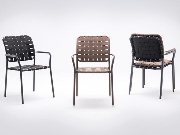 Durch die Bespannung von Sitzfläche und Rückenlehne mit breiten Gurten aus Polypropylen im luftigen Flechtmuster ist dieses Design ein besonderer Eyecatcher. Foto: © Go In