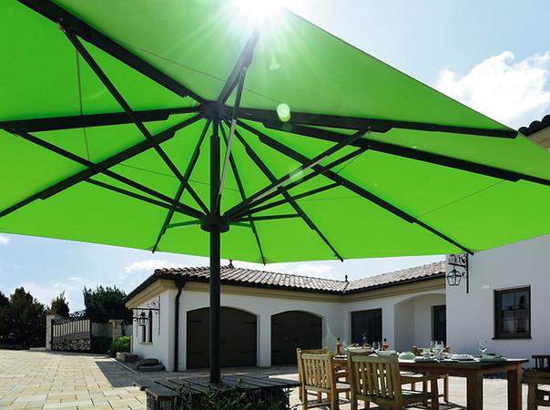 Mit einer Spannweite von bis zu sieben Metern können auch große Freiflächen beschattet werden Foto: © Caravita
