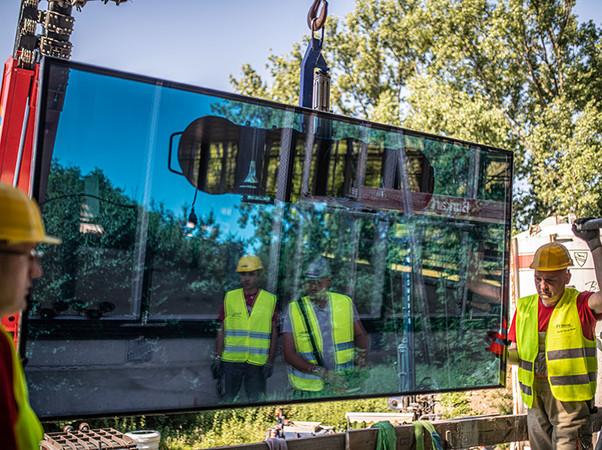Im Juni startete die spektakuläre Montage der ersten Scheiben, die mit einer Größe von 1,3 x 3 Metern immerhin 370 kg auf die Waage bringen. Foto: © Freyler Metallbau