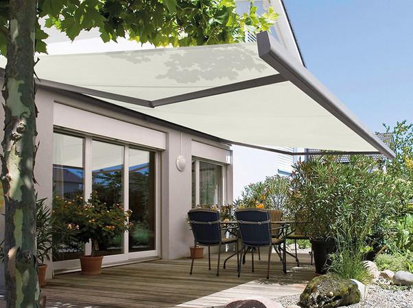 Flexible Sonnenschutz-Lösungen, zum Beispiel Markisen, tragen dazu bei, ein Aufheizen der Räume durch sommerliche Sonneneinstrahlung zu vermeiden. Foto: © Bundesverband Sonnenschutztechnik / Sattler