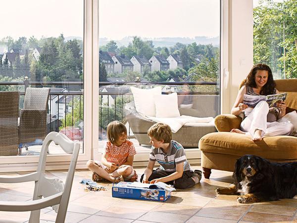 Genug Tageslicht ist essentiell für Gesundheit und Wohlbefinden. Moderne Verglasungen sorgen auch in geschlossenen Räumen für optimale Lichtverhältnisse. Foto: © VFF / Uniglas