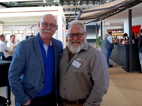 Vertriebsleiter Joachim Burg (l.), hier mit Fachpartner Harald Raschke aus Bonn, freute sich über die vielen Besucher am Sonnenschutztag. Foto: © Weinor