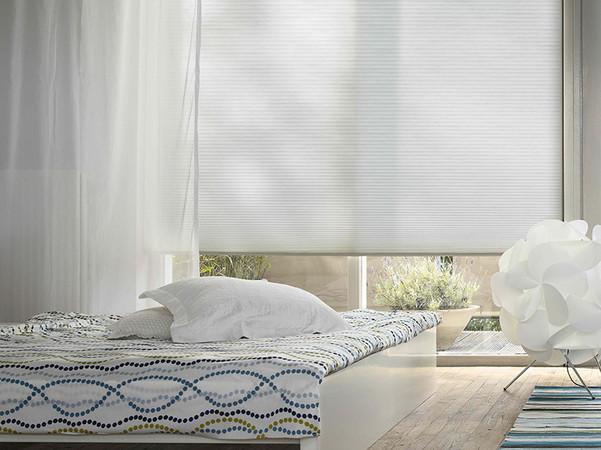 Das Wabenplissee steht für einen modernen Lifestyle und verbindet optisch anspruchsvolle Gestaltungen mit nachhaltigen Vorzügen. Foto: © Duette