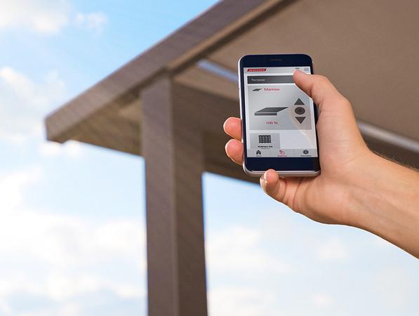 Die Steuerung der Extras kann ebenso wie das Ein- und Ausfahren des Markisentuches bequem per Smartphone erfolgen. Foto: © Warema