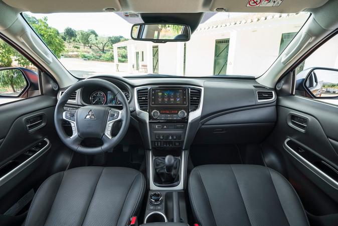Aufgeräumtes Cockpit: der Fahrer bekommt Unterstützung von vielen elektronischen Helfern, darunter Tempomat, ein Auffahrwarnsystem inklusive, Fußgängererkennung sowie ein Spurhalteassistent. Foto: © Mitsubishi