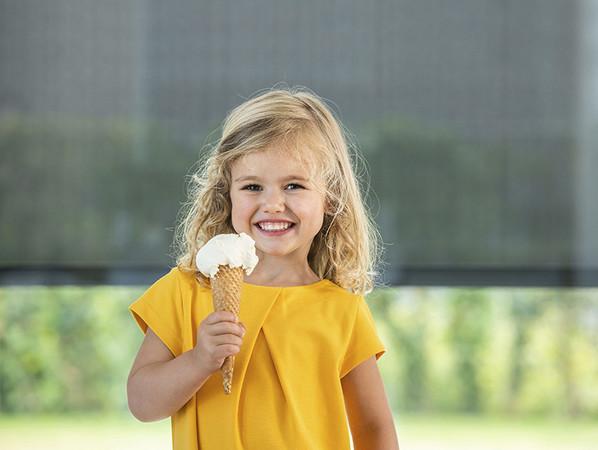 Mit dem richtigen Sonnenschutz – und natürlich mit einem Eis – können die hohen Temperaturen genossen werden. Foto: © Renson