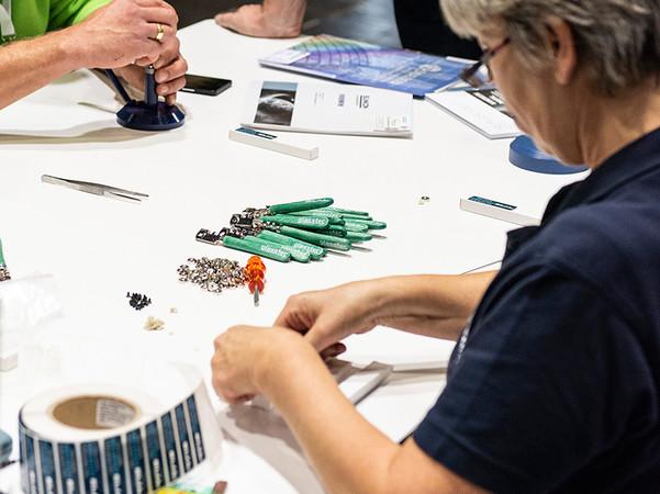 Selbstgebautes Werkzeug: Wer möchte, kann sich auf der Hausmesse seinen eigenen Silberschnitt-Glasschneider zusammenbauen. Foto: © Bohle AG