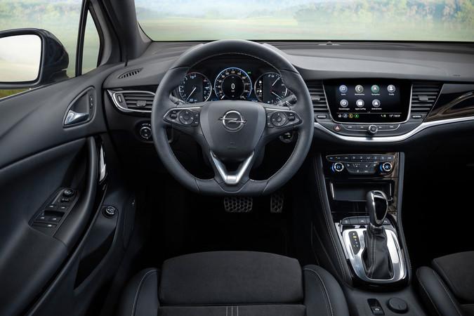 Nur leicht modifiziert: Das Interieur des neuen Opel Astra. Foto: © Opel