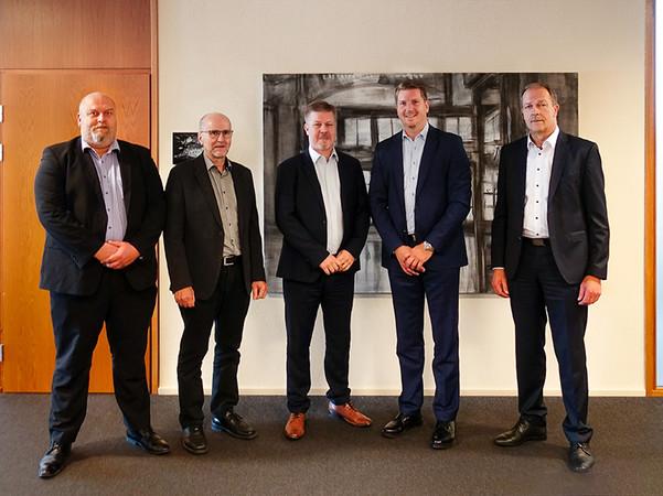 Die für ESG- und Vorspannöfen bekannte Taifin wird zukünftig zur Hegla-Taifin und erweitert zum Vorteil der Kunden das Know-how und das Produktsortiment der Hegla-Gruppe. Jarno Nieminen (verantwortlicher Geschäftsführer Vertrieb Hegla-Taifin), Esa Lammi (Geschäftsführer Hegla-Taifin), Jukka Sääksi (Geschäftsführer Hegla-Taifin), Jochen H. Hesselbach (CEO der Hegla-Gruppe), Bernhard Hötger (COO der Hegla-Gruppe) freuen sich auf die Zusammenarbeit und die gemeinsamen Projekte. Foto: © Hegla