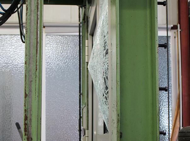 Hier wird eine einbruchhemmende Tür im Prüfinstitut Schlösser und Beschläge Velbert (PIV) hinsichtlich ihrer Widerstandsfähigkeit geprüft. Foto: © FVSB