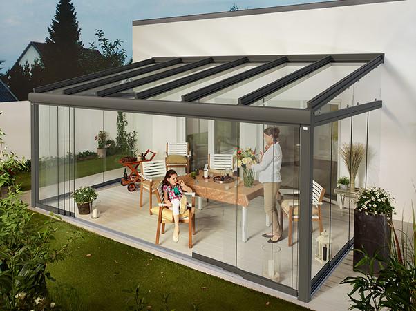 Die Glas-Schiebeelemente Murano Glissando bieten flexiblen Wind- und Wetterschutz. Foto: © Lewens-Markisen