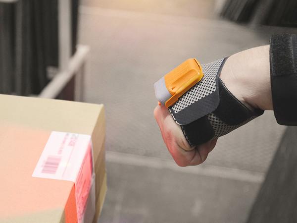 Mit dem scannenden Handschuh haben die Mitarbeiter beide Hände frei für eine bessere und sichere Produkthandhabung, während sie gleichzeitig unzählige Handgriffe sparen. Foto: © Warema
