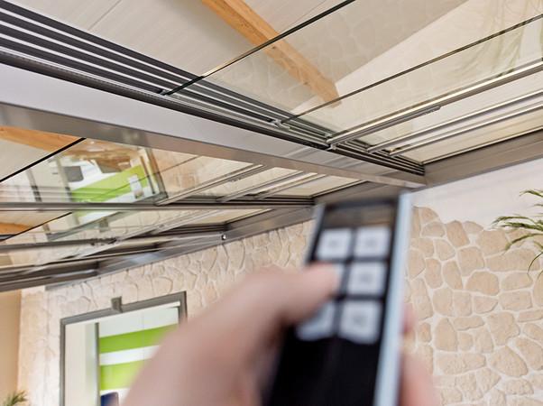 Die Steuerung erfolgt wahlweise über einen Wandschalter, einen Funk-Handsender, das Smartphone oder Tablet. Foto: © Joka-System