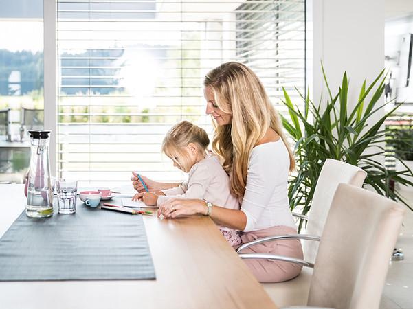Die besten Ergebnisse erzielen Fenster mit hoher Lichttransmission in Kombination mit beweglichem Sonnenschutz. Foto: © BVST/Schlotterer
