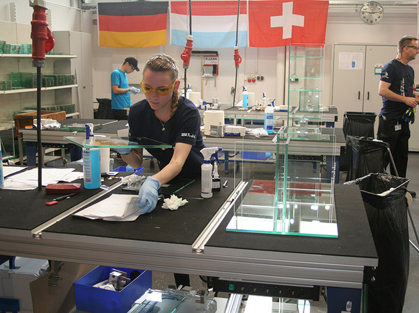 Internationales Wettbewerbs-Flair bei Bohle im nordrhein-westfälischen Haan: Auch diese junge Französin stellte sich der Herausforderung, Top-Glasprodukte in knapper Zeit herzustellen. Foto: © Vössing