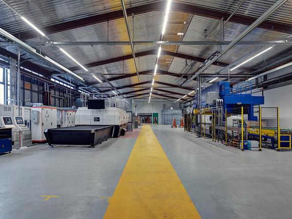Blick in die neue ESG Halle mit der automatischen Bearbeitungsanlage, rechts, und dem Ofen, links. Foto: © Olaf Rohl/Saint-Gobain Glassolutions