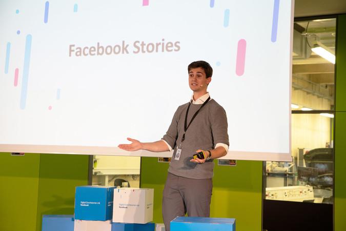 Über die verschiedenen Werkzeuge von Facebook referierte Facebook-Mitarbeiter Tom. Er riet den Teilnehmer sich auch einmal mit dem Messenger, Call-to-Action-Buttons, Gruppen oder dem Analyse-Tool Insights zu beschäftigen. Foto: © Facebook Inc.
