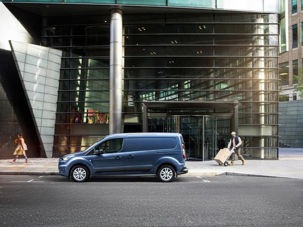 Modernste Assistenz-Systeme unterstützen Fahrer im Ford Transit Connect. Foto: © Ford