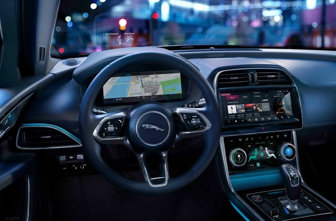 Das Cockpit ist auf den Fahrer zugeschnitten und wurde durch neue Displays ergänzt. Foto: © Jaguar
