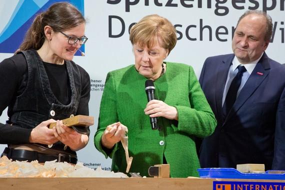 Bundeskanzlerin Angela Merkel beim Rundgang über die IHM mit ZDH-Präsident Hans Peter Wollseifer. Foto: © Fotos: GHM